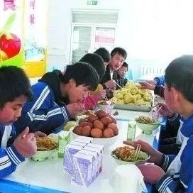 每人每天4�K�X,阜南�r村�W生今年�⒊陨�I�B餐