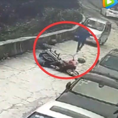 澳博国际娱乐非机动车违法曝光/电动摩托满街窜,无奈撞断路灯杆!