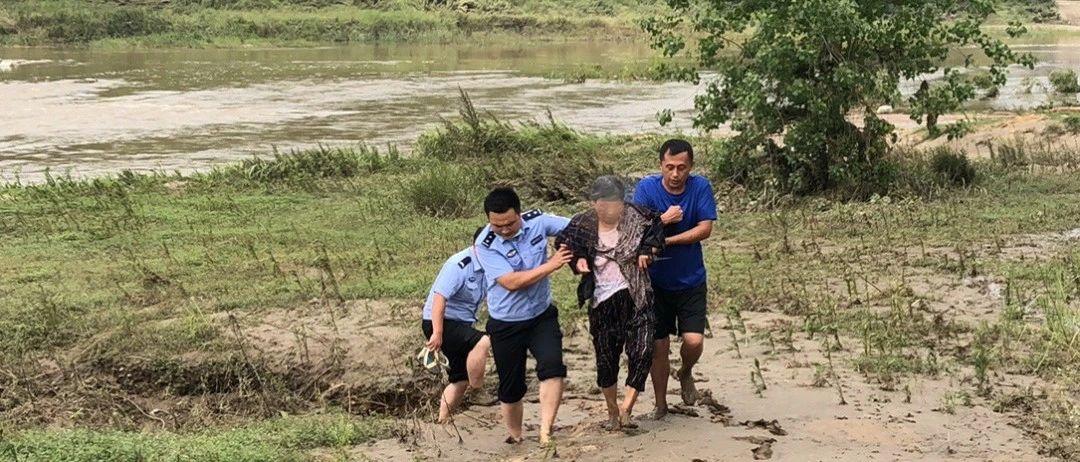 老人意外落水险被冲走危急时刻民警跳河救援