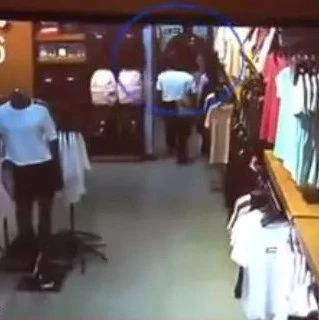 巴城一男子在试衣间,旧衣服居然被偷......