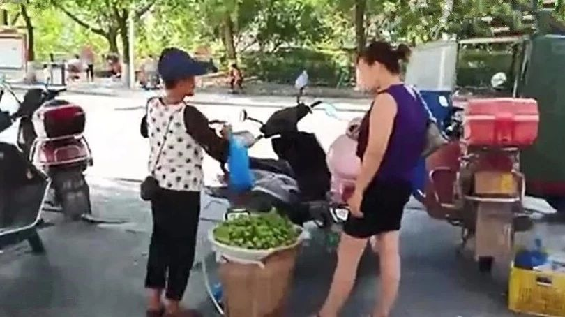 """巴城江北车站外水果摊上演""""偷梁换柱""""的戏码"""