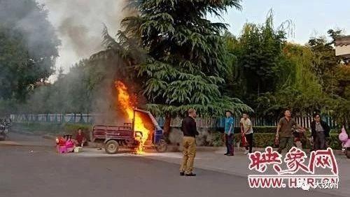大澳博国际娱乐三轮车自燃!幸好他们及时伸出了援手...