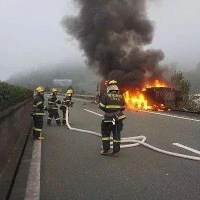 可怕!一辆大货车在三明境内起火被烧成空壳……