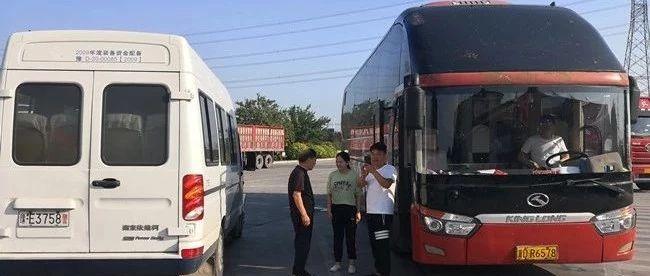 乘客被遗落服务区交警载其追巴士