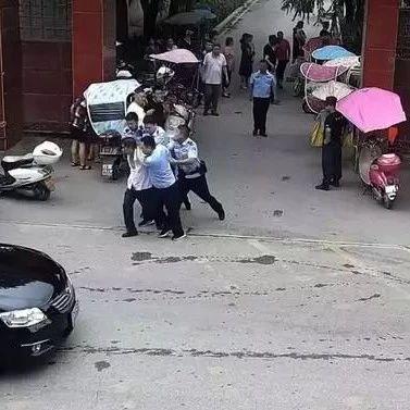 南阳男子煽动几十名群众围堵政府大门,猖狂至极!
