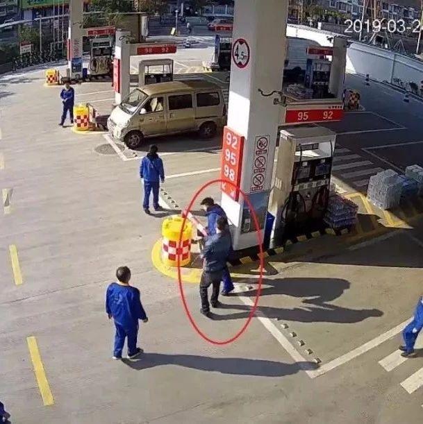 加油站内,男子加完油竟遭灭火器喷一脸!这回摊上大事了