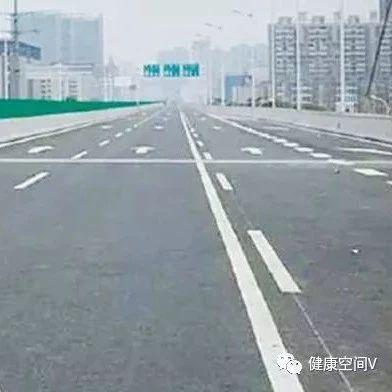邹城有车一族快来看!几个动图让你马上看懂交通标线,再也不怕被扣分啦~很实用!