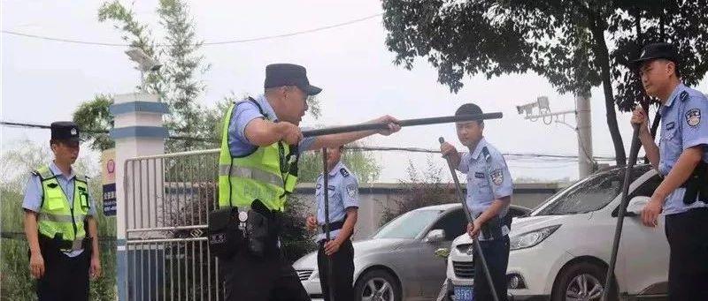 """�@群�]有教���Y格�C""""老��"""",居然受到警察�崤酰�"""