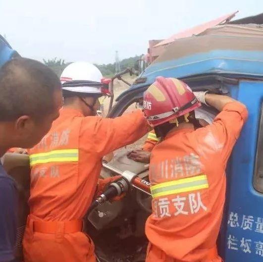 又是车祸!自贡发生一起车祸,车辆严重变形,司机被困!
