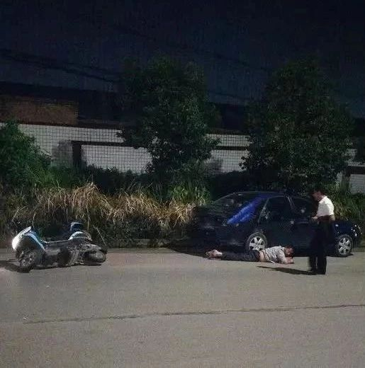 意外!被撞行人受轻伤,富顺老司机却受伤严重等待救援!