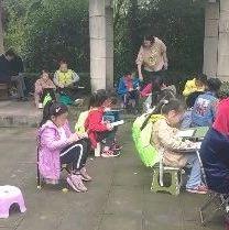 曝光!自贡龙湖公园因老年人聚众吸烟,劝说不听!孩子只能在露天坝淋雨写....(附视频)