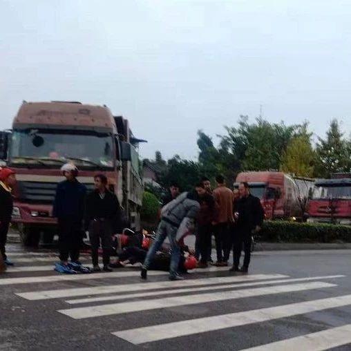 可怕丨自贡荣县大货车撞上摩托车,现场状况惨烈。
