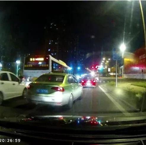 危险!!自贡的哥危险变道,不打转向灯!!(附视频)