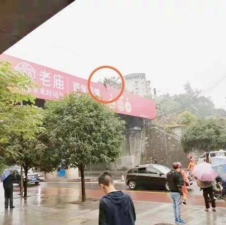 惊!自贡簸米湾铁路桥上一小伙子坐在上面,消防车都来了