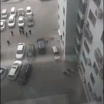 4岁儿子被母亲推下楼!母亲和儿子坠楼身亡,1岁女儿在家中也不幸身亡!