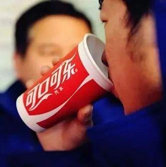 小伙吃山楂开胃后开始腹痛,医生没开药却让每天喝两瓶可乐
