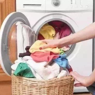 用洗衣�C洗衣服切勿做�@���幼鳎�我�F在才知道,衣服都白洗了!