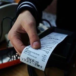 提醒丨�u城�物者:超市�物小票千�f�e�y扔!竟有人拿著你的小票干�@�N事…