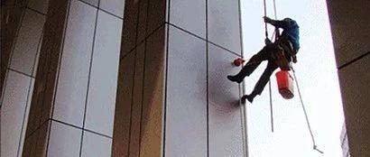 男子正在16楼作业,安全绳突然被人割断!原因让人气愤