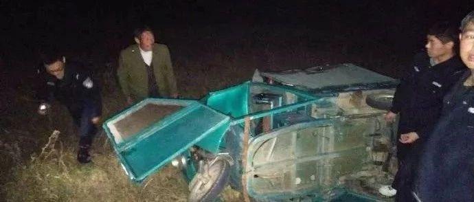 望江漳湖:老汉驾驶三轮车侧翻滚落坝底困于车内,民警紧急救助