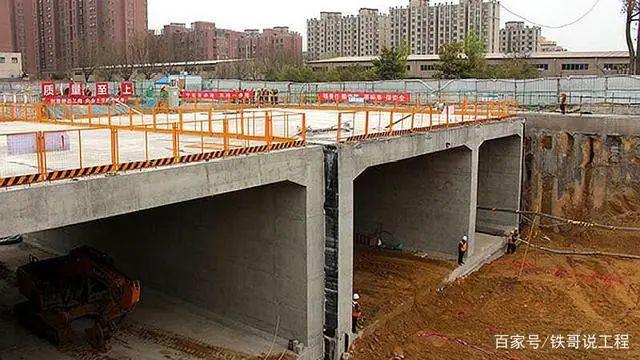 新郑市莲花路下穿京广铁路又有新进展,开始箱涵顶进施工