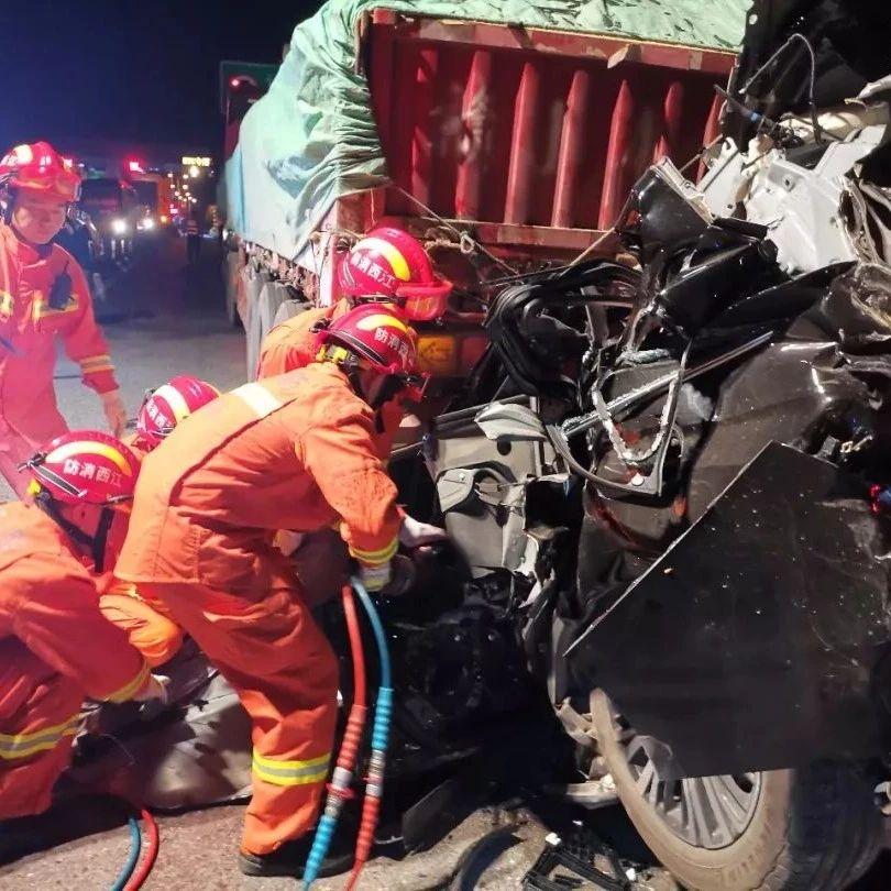 【萍�l-�J溪】��追尾消防成功救出5名被困者