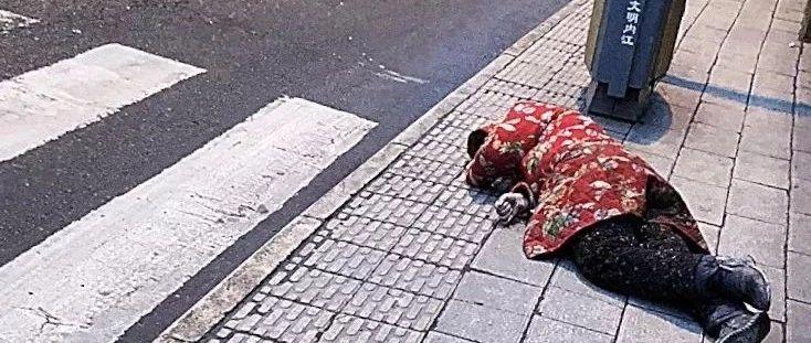 冬日街头,内江一女子突然晕倒,民警举动很暖心!