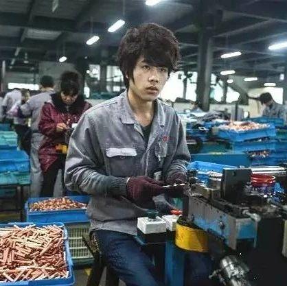邹城一工厂来了个傻员工,结果却改变了所有聪明的员工!