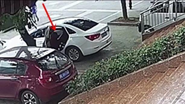 泸州男子停车打盹醒来发现手机被盗