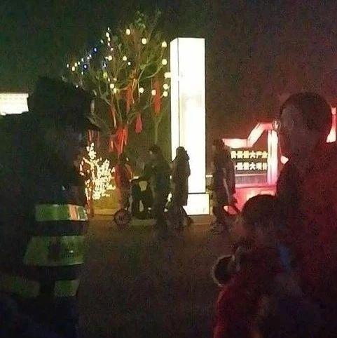 涉县儿童观灯不慎走失,热心城管帮忙找到家人!