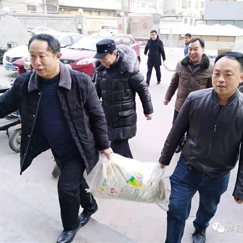 临近年关,涉县交运局把工资送到农民工手里,过大年!