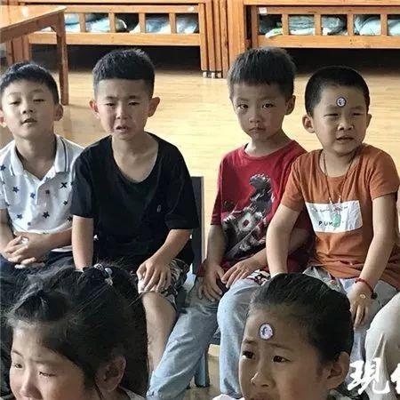 """刷屏了!幼儿园唱""""毕业歌"""",孩子们围着老师哭得稀里哗啦"""