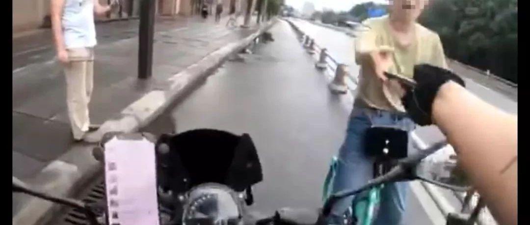 帅炸!女孩手机被抢,摩托骑士边吼边追,43秒车流中拦截追回