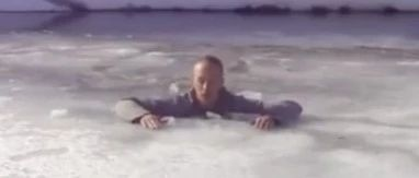 万一掉进冰窟窿怎么办?这段救命视频希望新安的你知道