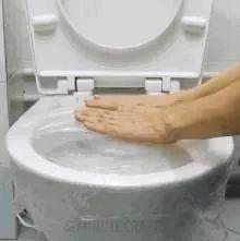 马桶堵了,一张保鲜膜就能搞定,关键还不脏手!