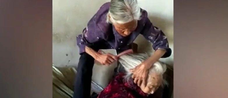 87岁女儿给108岁妈妈扎小辫,这画面太暖……