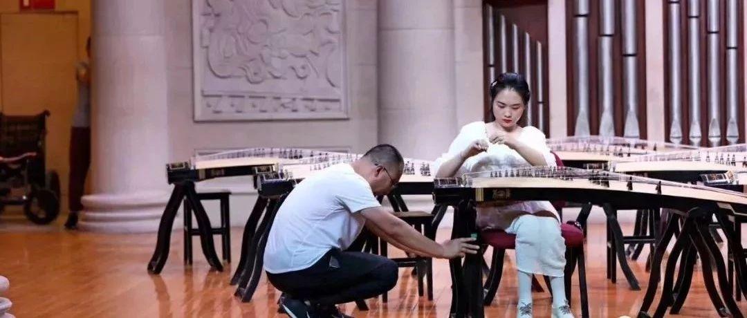 15岁截瘫女孩参加古筝比赛:父亲全程举琴架,观众评委泪目