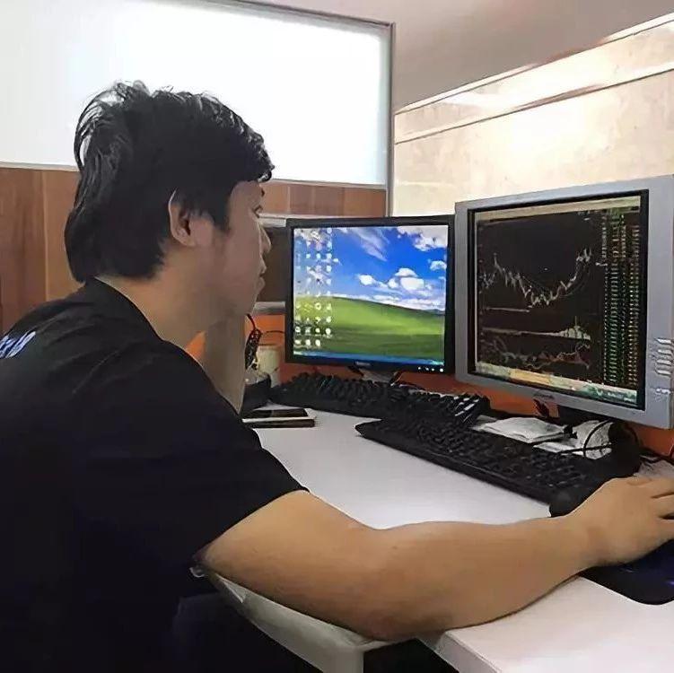 中国好员工!写字楼起火,一男子抱电脑主机逃生......