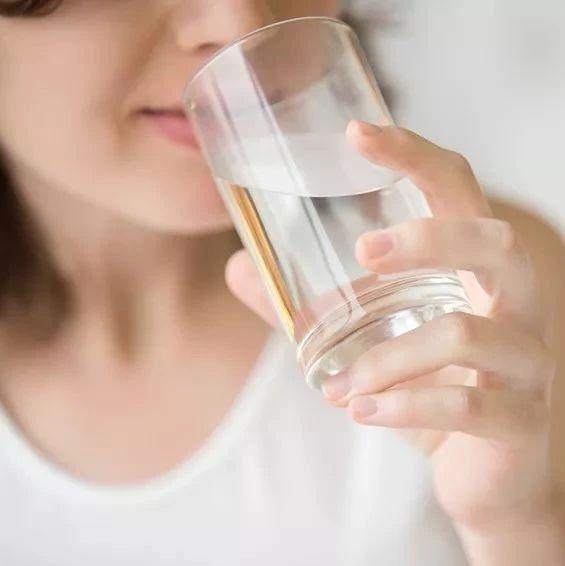 世�l�M�:喝太多水可能中毒,大悟人喝水�e超�^�@��量!