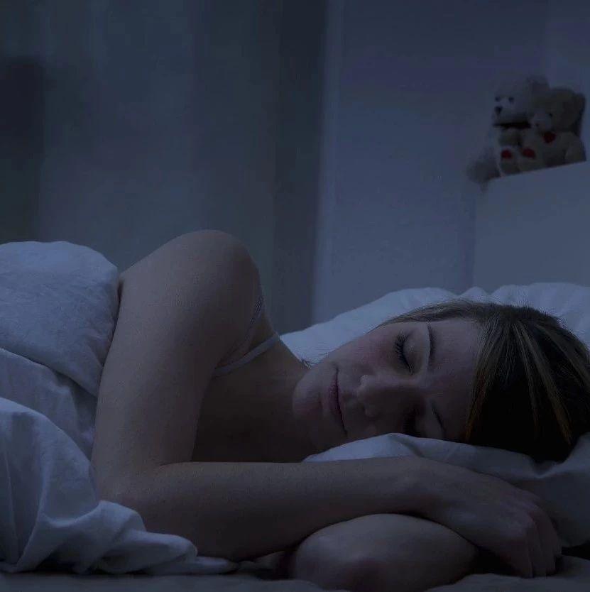 澳门威尼斯人平台娱乐的你是不是工作日总熬夜通宵,就想靠周末补一长觉还睡眠债?研究证明:害处比熬夜更大→