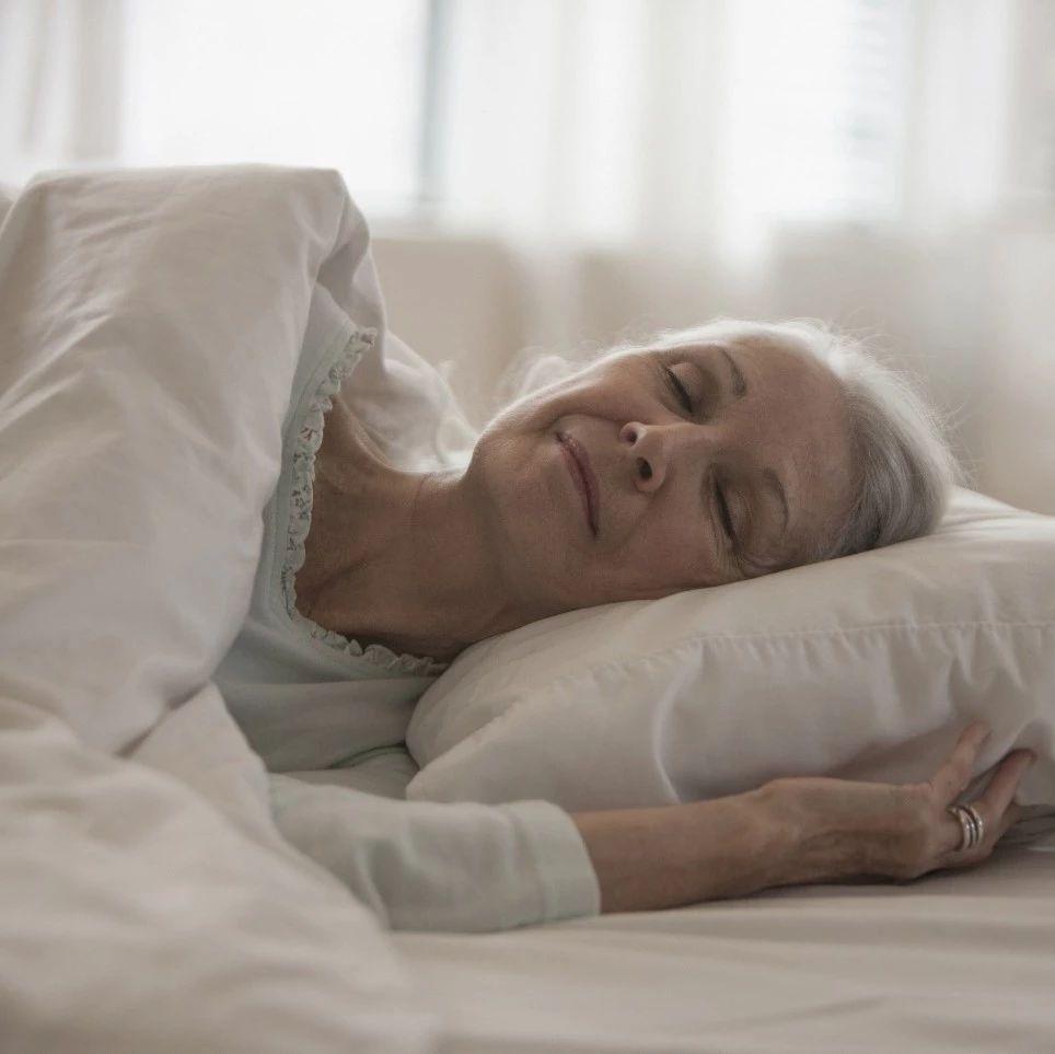 """这两种""""睡姿""""对老人很危险!澳门威尼斯人平台娱乐人快告诉咱爸妈千万别这样睡→"""