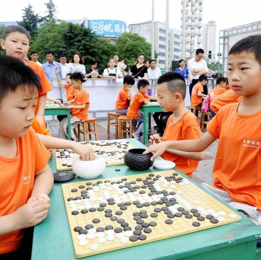 """谁会是""""小棋王""""?今天,湖口县首届少年围棋棋王赛开赛了"""