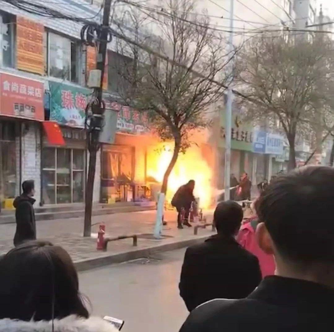 昨天!天水一�z�^店著火,天水交警�身消防�T!超�...