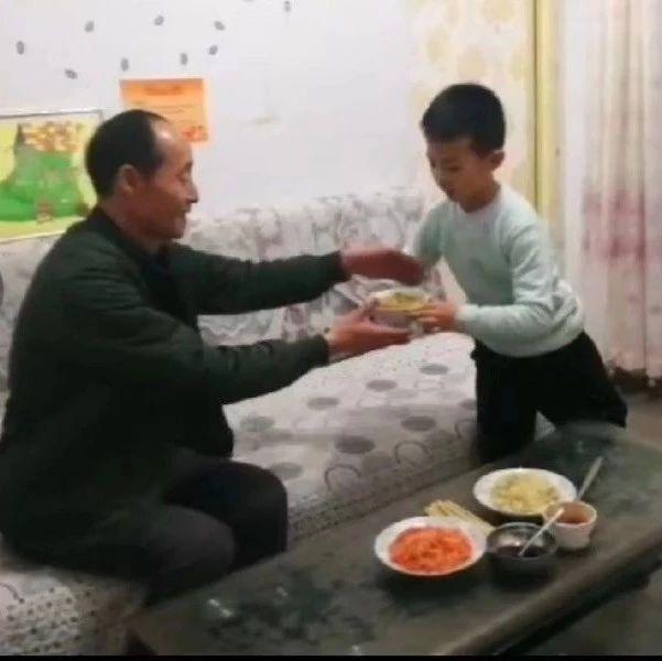 """平川""""小硬汉""""李尚霖:长大了要更加孝顺爷爷奶奶"""