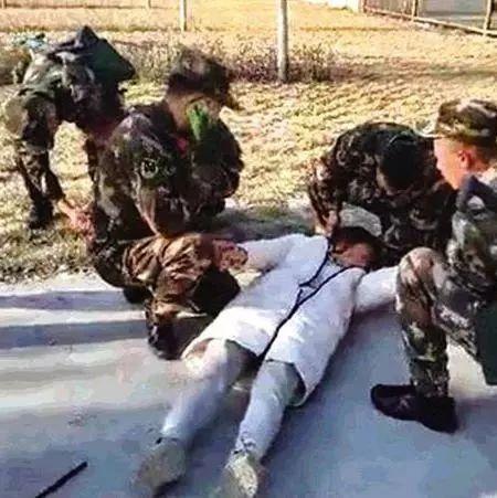 女子晕倒路边武警紧急施救,平川人快来点赞!