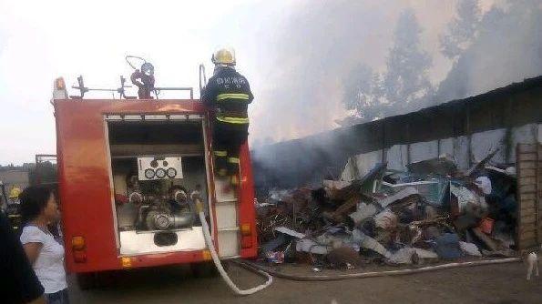 火灾!长赤一废品回收站突发大火,消防紧急出动