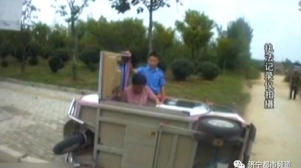 邹城三轮侧翻老人被困城管队员及时援救