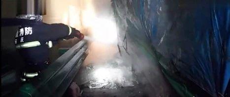 位于高速岳西路段,货车起火,一车化学药品岌岌可危!