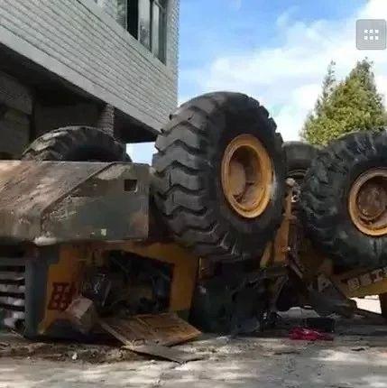 巴中国光公墓附近一辆推土机翻车了。
