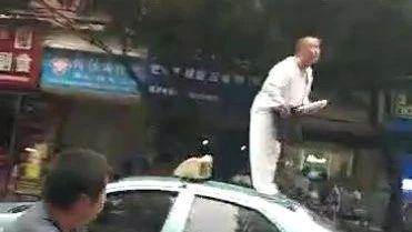 黑车与出租车抢客,结果出租车被......